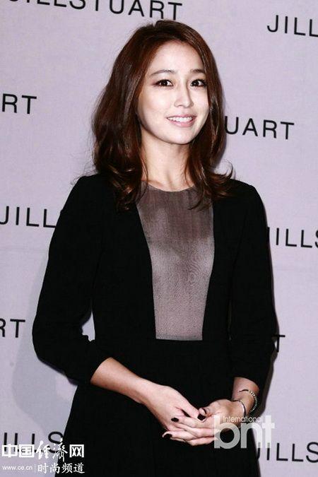李珉廷着小黑裙优雅出席时尚活动